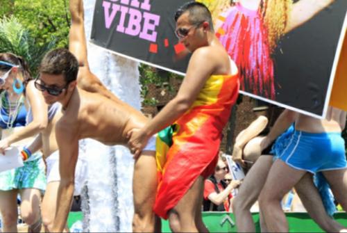 """La imagen que se ha convertido en el meme para reivindicar un Orgullo LGBTQ más """"discreto""""."""