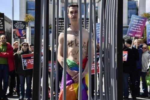 Un activista desnudo, envuelto en una bandera arco iris, en una manifestación anti-Putin en Berlín tras la persecución hacia los gays en Chechenia - Getty Imagenes