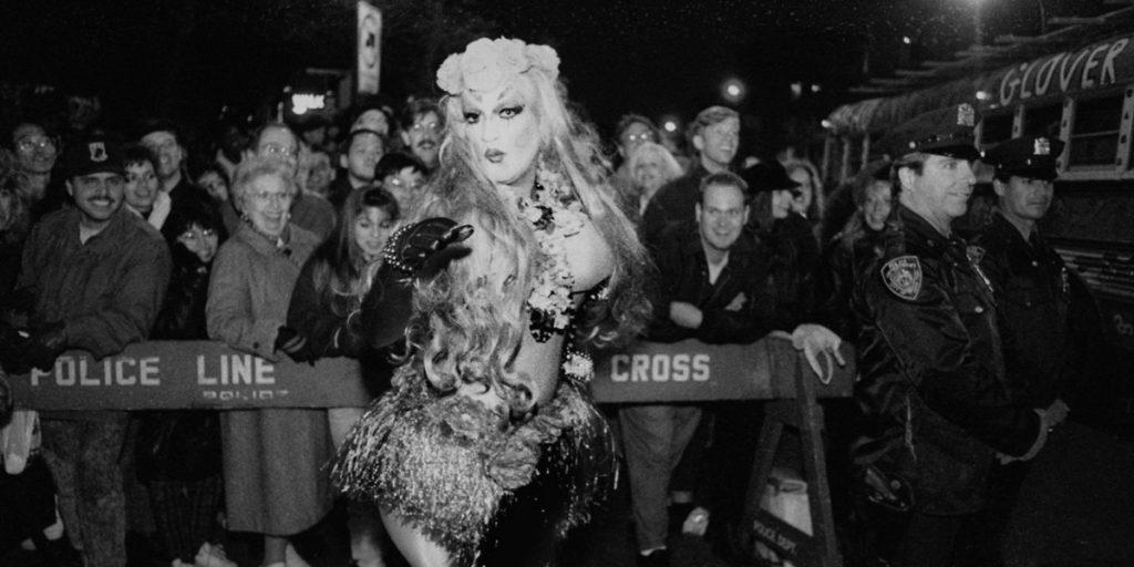 Una drag queen durante los Stonewall Riots en 1969.