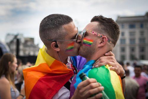 Una pareja se besa en Trafalgar Square después del London Pride Parade el 27 de junio de 2015 en Londres -Rob Stothard—Getty Images