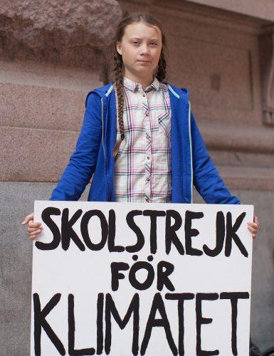 Greta Thunberg manifestándose ante el parlamento sueco.